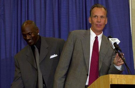 Ο Νταγκ Κόλινς ανακοινώνεται ως προπονητής των Ουάσιγκτον Γουίζαρντς το 2001, από τον πρόεδρο και... παίκτη της ομάδας, Μάικλ Τζόρνταν