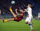 Ο Κώστας Μανωλάς της Ρόμα διώχνει μπροστά από τον Άρνορ Σίγκουρντσον της ΤΣΣΚΑ, σε αγώνα ομίλων για το Champions League στη Ρώμη, Τρίτη 23 Οκτωβρίου 2018