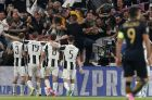 Supporters hug Juventus' scorer Mario Mandzukic to celebrate the opening goal during the Champions League semi final second leg soccer match between Juventus and Monaco in Turin, Italy, Tuesday, May 9, 2017. (AP Photo/Antonio Calanni)