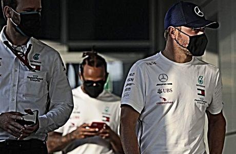 Oι Λιούις Χάμιλτον και Βάλτερι Μπότας, καθ' οδόν για τη συνέντευξη Τύπου των οδηγών εν όψει του αγώνα στο Autodrom του Σότσι.
