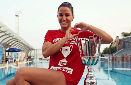 Η Αλεξάνδρα Ασημάκη ποζάρει με την κούπα του πρωταθλήματος