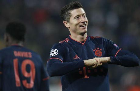Ο Ρόμπερτ Λεβαντόβσκι πανηγυρίζει ένα από τα τέσσερα γκολ που πέτυχε στο 'Rajko Mitic' του Βελιγραδίου, στη νίκη της Μπάγερν με σκορ 6-0 επί του Ερυθρού Αστέρα, για την 5η αγ. του Group B στο Champions League. (AP Photo/Darko Vojinovic)