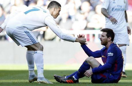 Ο Ρονάλντο βοηθάει τον Μέσι να σηκωθεί από το χορτάρι στην αναμέτρηση της Ρεάλ Μαδρίτης με την Μπαρτσελόνα στο Santiago Bernabeu στις 23 Δεκεμβρίου του 2017. (AP Photo/Francisco Seco)