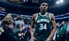 Ο Γιάννης Αντετοκούνμπο των Μιλγουόκι Μπακς αποχωρεί από το γήπεδο μετά από την ήττα από τους Μπόστον Σέλτικς στο Game 4 του 2ου γύρου στα NBA playoff στη Βοστώνη, Δευτέρα 6 Μαΐου 2019