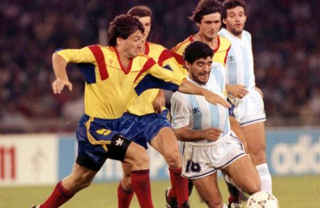 Ο Ντιέγκο Μαραντόνα της Αργεντινής σε μονομαχία με τον Ιοσίφ Ροτάριου της Ρουμανίας για τη φάση των ομίλων του Παγκοσμίου Κυπέλλου 1990 στο 'Σαν Πάολο', Νάπολη | Δευτέρα 18 Ιουνίου 1990
