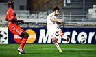 Η στιγμή που ο Γιάννης Φετφατζίδης εκτελεί με το αριστερό τον Στιβ Μανταντά και ο Ολυμπιακός κερδίζει την Μαρσέιγ στο Veldorome με σκορ 1-0, για την φάση των ομίλων του Champions League, στις 23/11/2011. Eurokinissi