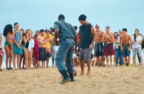 Επική διαφήμιση: Ο Ροναλντίνιο ξεφτιλίζει αστυνομικούς στο Ρίο