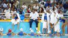 Ο Κούλης Ιωσηφίδης δίνει οδηγίες στην Εθνική Ελλάδας στο περιθώριο του αγώνα με το Καζακστάν, στην πρεμιέρα του τουρνουά πόλο στους Ολυμπιακούς Αγώνες 2004, Ολυμπιακό Κέντρο Υγρού Στίβου Αθηνών, Δευτέρα 16 Αυγούστου 2004