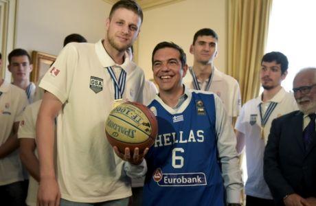 Ο Πρωθυπουργός Αλέξης Τίπρας δέχθηκε σήμερα στο Μέγαρο Μαξίμου την Εθνική Ομάδα νέων ανδρών μπάσκετ,προκειμένου να τους συγχαρεί για την κατάκτηση του κυπέλλου στο Ευρωπαϊκό Πρωτάθλημα μπασκετ,Τρίτη 25 Ιουλίου 2017 (EUROKINISSI/ΤΑΤΙΑΝΑ ΜΠΟΛΑΡΗ)
