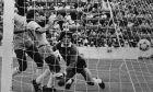 Ο Ζίκο σκοράρει απέναντι στον Ουμπάλντο Φιλόλ σε αναμέτρηση Βραζιλίας-Αργεντινής στο 'Sarria Stadium' της Βαρκελώνης, για το Παγκόσμιο Κύπελλο του 1982 | 02/07/9182  (AP Photo)