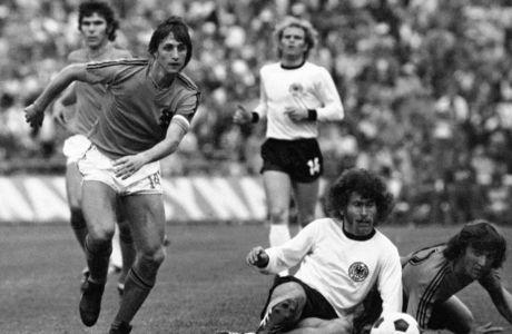 Ο Γιόχαν Κρόιφ της Ολλανδίας σε μονομαχία με τον Πάουλ Μπράιτνερ της Δυτικής Γερμανίας για τον τελικό του Παγκοσμίου Κυπέλλου 1974 στο Ολυμπιακό Στάδιο του Μονάχου | Κυριακή 7 Ιουλίου 1974