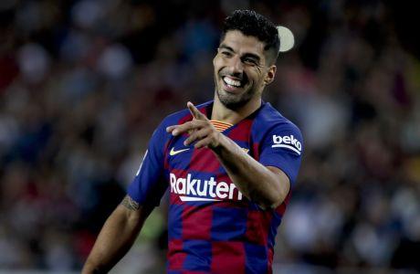 Ο Λουίς Σουάρες σκόραρε ένα εκπληκτικό γκολ για την Μπαρτσελόνα στο 5-2 επί της Μαγιόρκα στο 'Camp Nou' της Βαρκελώνης, για την ισπανική La Liga. (AP Photo/Joan Monfort)