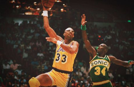 Ο Καρίμ Αμπντούλ Τζαμπάρ των Λος Άντζελες Λέικερς σε στιγμιότυπο με τον Εξέβιερ Μακντάνιελς των Σιάτλ Σόνικς σε αναμέτρηση για τα ημιτελικά της Δύσης του NBA 1988-1989 στο 'Φόρουμ', Ίνγκλγουντ, Δευτέρα 24 Απριλίου 1989