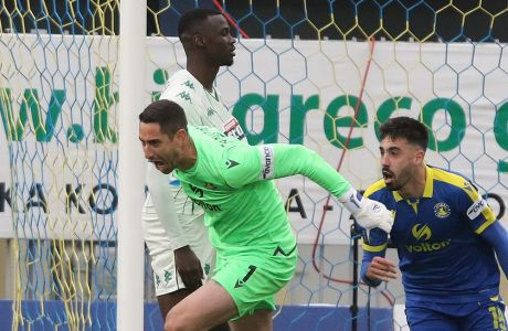 Ο Νίκος Παπαδόπουλος έχει κάνει το απίστευτο: σε προώθησή του έχει στείλει την μπάλα στα δίχτυα του Διούδη και έχει ισοφαρίσει σε 2-2 για τον Αστέρα στην αναμέτρηση με τον Παναθηναϊκό