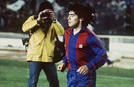 Ο Ντιέγο Μαραντόνα με τη φανέλα της Μπαρτσελόνα.