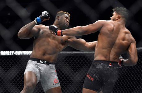 Ο Φράνσις Ενγκανού σε αναμέτρηση με τον Άλιστερ Όβεριμ, για το UFC 218