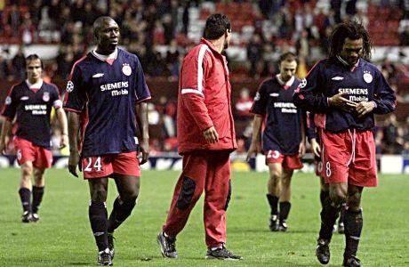 Πουρσανίδης, Ρόμπερτς, Κόντης και Καρεμπέ μετά την ήττα του Ολυμπιακού στο Μάντσεστερ, τον Οκτώβριο του 2001