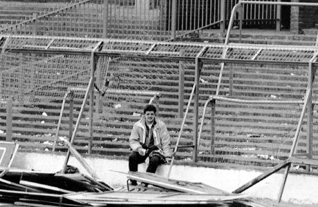 Ο Ντέιβ Ρόλαντ στην εξέδρα Leppings Lane λίγα λεπτά μετά την τραγωδία του Χίλσμπορο στις 15 Απριλίου του 1989, όπου 96 φίλοι της Λίβερπουλ έχασαν την ζωή τους, έχοντας ταξιδέψει στο Σέφιλντ για τον ημιτελικό Κυπέλλου Αγγλίας με τη Νότιγχαμ. (AP Photo, File)