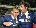Ρονάλντο και Ρενέ Έικελκαμπ πανηγυρίζουν ένα γκολ του Βραζιλιάνου με την PSV Αϊντχόφεν (5/12/1995).