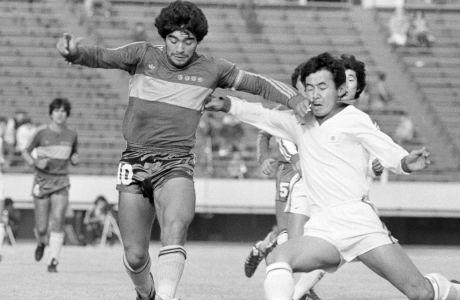 Ο Ντιέγκο Μαραντόνα της Μπόκα Τζούνιορς μονομαχεί με τον Κότζι Τανάκα της εθνικής Ιαπωνίας σε φιλικό παιχνίδι που έληξε 1-1 και διεξήχθη στο Τόκιο, Σάββατο 16 Ιανουαρίου 1982