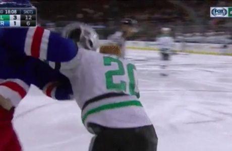Τον χτύπησε με το κράνος στο κεφάλι!