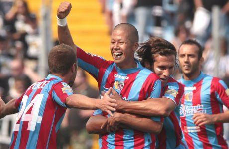 Ο Τακαγιούκι Μοριμότο πανηγυρίζει το τέρμα που πέτυχε για λογαριασμό της Κατάνια κόντρα στην Ουντινέζε, σε αναμέτρηση της ιταλικής Serie A, στις 13 Σεπτεμβρίου 2009. (AP Photo/Franco Debernardi)