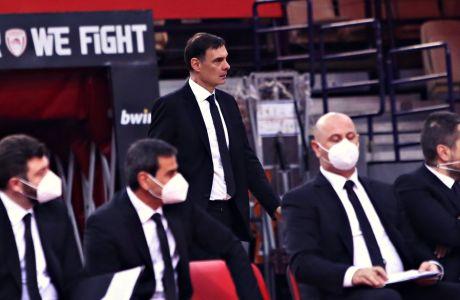 Ο Γιώργος Μπαρτζώκας έχει μόλις επιστρέψει στον πάγκο, αφού πρώτα κατευθύνθηκε προς τη φυσούνα των αποδυτηρίων εκνευρισμένος
