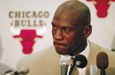 O Μάικλ Τζόρνταν στην διάρκεια της επίσημης συνέντευξης Τύπου στις 6 Οκτωβρίου 1993, όταν ανακοίνωσε ότι σταματάει το μπάσκετ