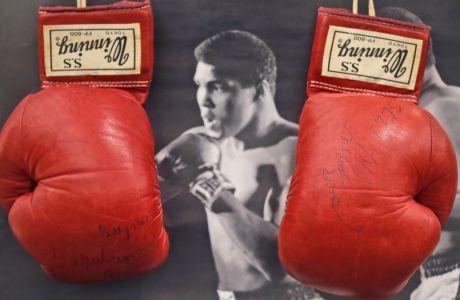 Πυγμαχικά γάντια που φορούσε ο θρύλος Μοχάμεντ Αλί στην διάρκεια του Παγκόσμιου Πρωταθλήματος βαρέων βαρών κόντρα στον Τζο Μπούγκνερ, στην Κουάλα Λουμπούρ το 1975. Η φωτογραφία αυτή τραβήχτηκε στις 12 Μαΐου του 2007.  (AP Photo/Frank Augstein)