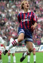 Einen Luftsprung macht Bayern-Stuermer Juergen Klinsmann nach seinem Elfmeter zum 1:0 beim Bundesligaspiel FC Bayern Muenchen gegen Bayer 04 Leverkusen am Samstag, 23. September 1995, im Muenchner Olympiastadion. Sein Treffer markierte auch das Endergebnis. (AP Photo/Uwe Lein)