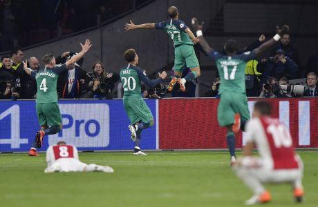 Οι παίκτες της Τότεναμ πανηγυρίζουν γκολ κόντρα στον Άγιαξ, στη ρεβάνς των ημιτελικών του Champions League στην 'Γιόχαν Κρόιφ Αρένα', Τετάρτη, Μαΐου 8, 2019. (AP Photo/Martin Meissner)