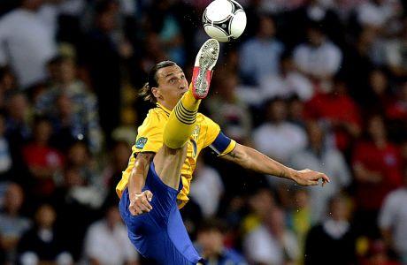 Ο Ζλάταν Ιμπραχίμοβιτς της Σουηδίας σε προσπάθεια του αγώνα με την Αγγλία για τη φάση των ομίλων του Euro 2012, Κίεβο, Παρασκευή 15 Ιουνίου 2012
