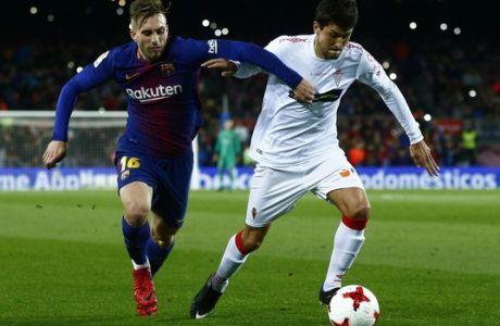 FC Barcelona's Gerard Deulofeu, left, duels for the ball against Murcia's Abel Molinero during a Spanish Copa del Rey round of 32 second leg soccer match between FC Barcelona and Murcia at the Camp Nou stadium in Barcelona, Wednesday, Nov. 29, 2017. (AP Photo/Manu Fernandez)