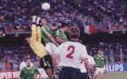 Ο Τόνι Κασκαρίνο κατά τη διάρκεια του αγώνα Ιρλανδία-Αγγλία στο Παγκόσμιο Κύπελλο του 1990