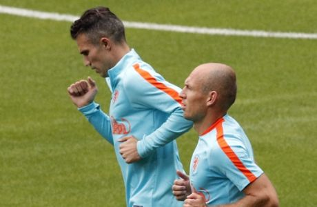Netherlands' Arjen Robben, right, and Robin van Persie attend a training session at the Stade de France stadium in Saint Denis, north of Paris, France, Wednesday, Aug. 30, 2017. France will play against Netherlands during their World Cup Group A qualifying soccer match on Thursday, Aug.31. (AP Photo/Christophe Ena)