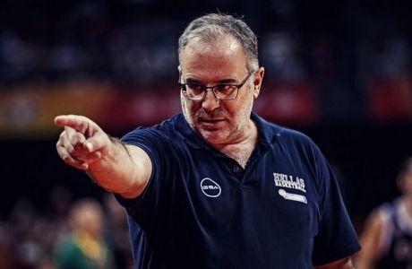 Ο ομοσπονδιακός προπονητής Θανάσης Σκουρτόπουλος κατά τη διάρκεια του αγώνα με τη Βραζιλία