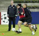 Ρονάλντο, Μινιάμπρες και Ραούλ σε προπόνηση της Ρεάλ, με τον Βιθέντε ντελ Μπόσκε να παρακολουθεί (25/2/2003).