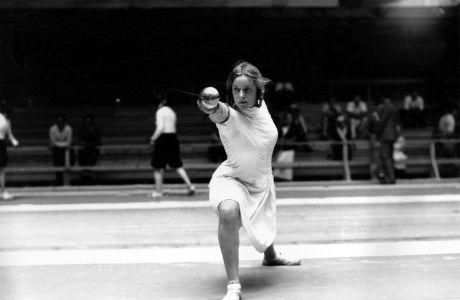 Η Έλεν Μάγιερ, από το Όφενμπαχ της Γερμανίας, κατά τη διάρκεια προπόνησης ξιφασκίας.  31 Ιουλίου 1932