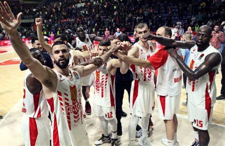 Οι παίκτες του Ερυθρού Αστέρα πανηγυρίζουν για τη νίκη επί της Βαλένθια