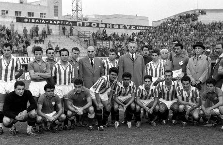 Παίκτες του Παναθηναϊκού και του Ολυμπιακού σε στιγμιότυπο από τη φιλική αναμέτρηση στο Γήπεδο της Λεωφόρου Αλεξάνδρας | Τετάρτη 19 Νοεμβρίου 1958