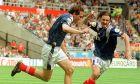 Ο Λοράν Μπλαν της Γαλλίας πανηγυρίζει με τον Κριστόφ Ντουγκαρί γκολ που σημείωσε κόντρα στη Βουλγαρία για τη φάση των ομίλων του Euro 1996 στο 'Σεντ Τζέιμς Παρκ', Νιούκαστλ, Τρίτη 18 Ιουνίου 1996