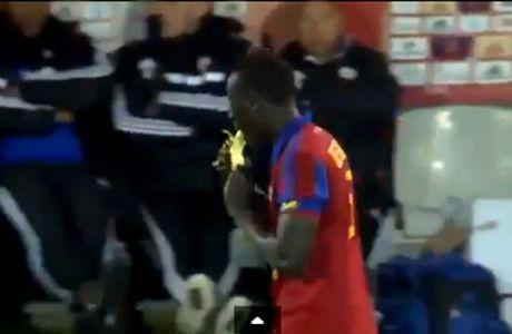 Εφαγε μπανάνα μέσα στο γήπεδο, είδε κίτρινη κάρτα (VIDEO)