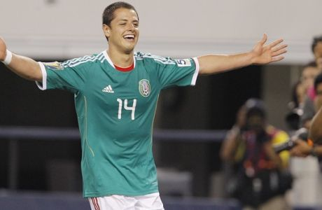 El jugador de México, Javier Hernández, festeja un gol contra El Salvador en la Copa de Oro el domingo, 5 de junio de 2011, en Arlington, Texas. (AP Photo/Brandon Wade)