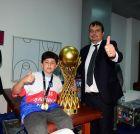 Με τον γιο του που φόρεσε το μετάλλιο του, στα αποδυτήρια της Εφές