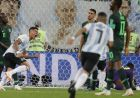 Argentina's Marcos Rojo, left, scores his side second goal during the group D match between Argentina and Nigeria, at the 2018 soccer World Cup in the St. Petersburg Stadium in St. Petersburg, Russia, Tuesday, June 26, 2018. (AP Photo/Ricardo Mazalan)