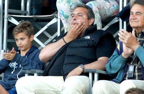 Ο Πάνος Καμμένος και οι απρεπείς χειρονομίες στους οπαδούς του Ολυμπιακού