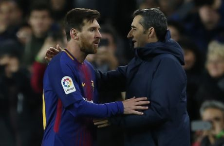 FC Barcelona's Lionel Messi, left, talks with his coach Ernesto Valverde after been substituted during the Spanish Copa del Rey round of 16 second leg soccer match between FC Barcelona and Celta de Vigo at the Camp Nou stadium in Barcelona, Spain, Thursday, Jan. 11, 2018. (AP Photo/Manu Fernandez)