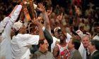 Οι Σικάγο Μπουλς πανηγυρίζουν ξέφρενα το πρωτάθλημα της σεζόν 1995-1996, το 4ο κατά σειρά στη μαγική 90s δυναστεία τους