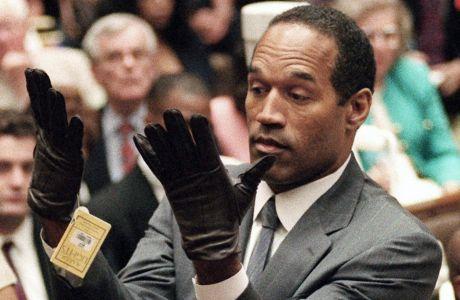 Φωτογραφία από τη δίκη του Ο.Τζ Σιμπσον. Ο πρώην αθλητής δοκιμάζει στα χέρια του τα γάντια του δολοφόνου