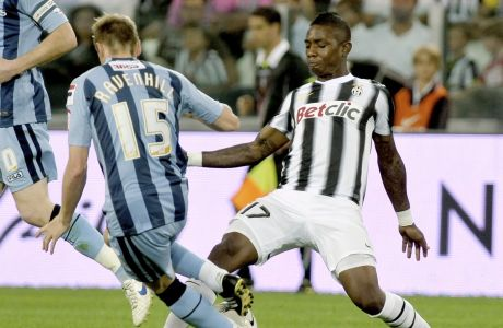 Juventus' Aljero Elia, right, and Notts County's Ricky Ravenhill fight for the ball during their friendly soccer match on the occasion of the inauguration of Juventus' new stadium in Turin, Italy, Thursday, Sept. 8, 2011. (AP Photo/Massimo Pinca)